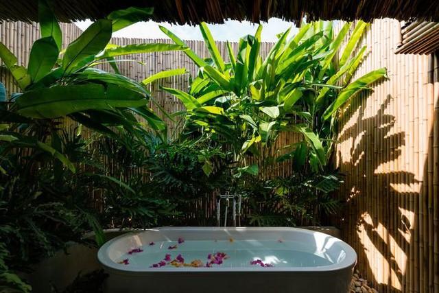 Bồn tắm lộ thiên giúp người sử dụng tận hưởng thiên nhiên xanh mát xung quanh.
