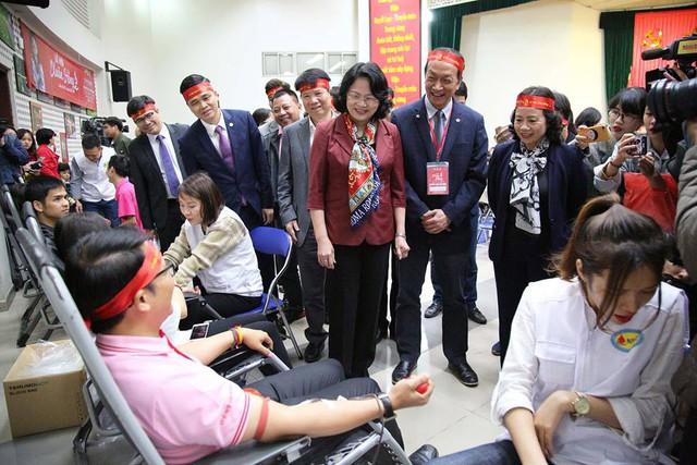 Phó Chủ tịch nước Đặng Thị Ngọc Thịnh, Thứ trưởng Bộ Y tế Trương Quốc Cường thăm hỏi, động viên người tham gia hiến máu ngày 23/2.