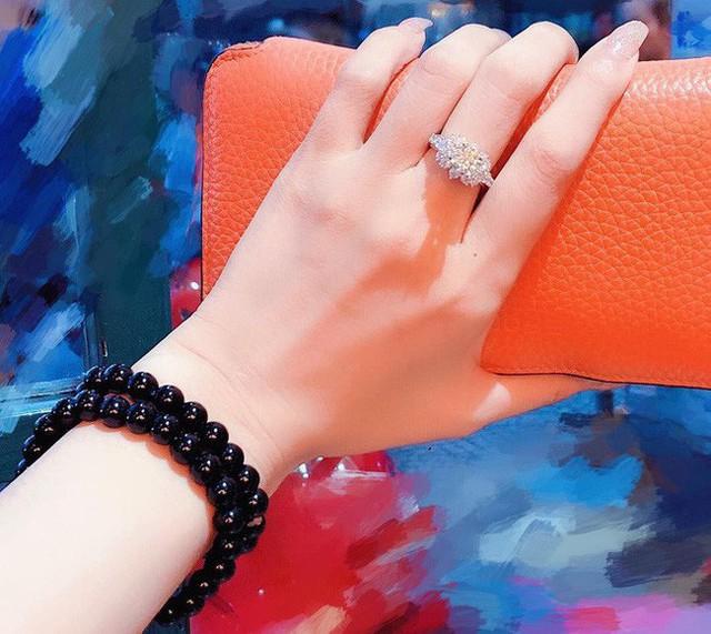 Với thiết kế tinh xảo, chiếc nhẫn kim cương này có giá 35.000 USD (tương đương hơn 700 triệu đồng).