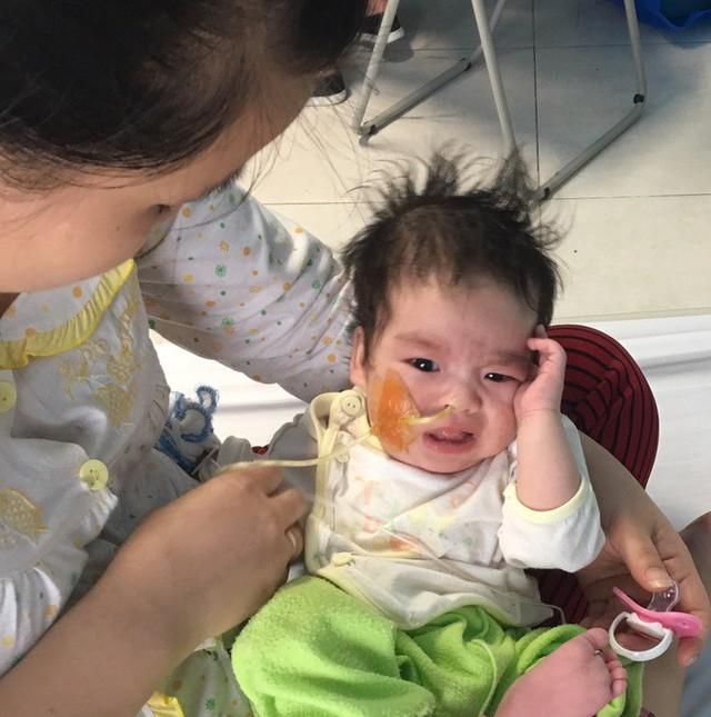 Mẹ con bé Tuấn Kiệt ở Bệnh viện Nhi Trung ương