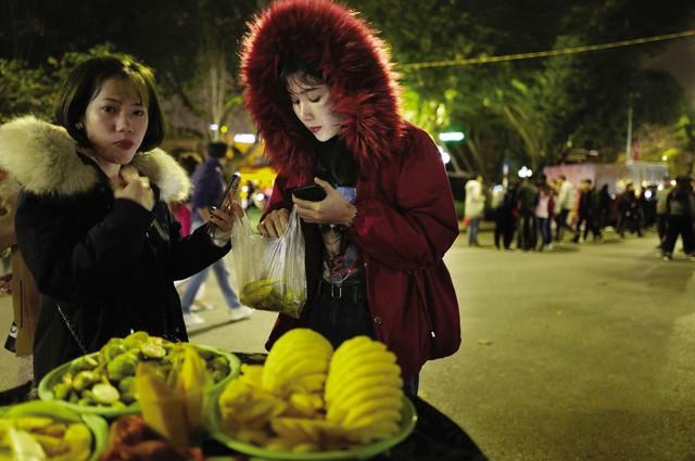 Dưới ống kính của Vincent Yu, cuộc sống về đêm trên những con phố ở Hà Nội hiện lên nhộn nhịp, sống động và gần gũi, với những chiếc xe hàng rong bán hoa quả dầm; những quán nước bên trong là những bộ bàn ghế gỗ thấp; những cửa hàng ăn đêm…