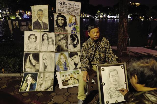 Dịch vụ ký họa chân dung bên bờ hồ Hoàn Kiếm thu hút du khách. Người họa sĩ chỉ cần 10 phút để đưa cho bạn một bức tranh chân dung vẽ chì hoặc vẽ màu trực tiếp hoặc vẽ theo ảnh. Mức giá cho dịch vụ này giao động từ 150 - 300.000 đồng/bức.