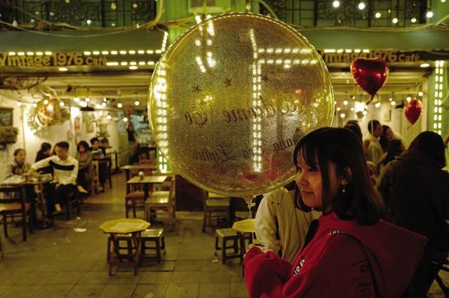 Một quán cà phê nhỏ gần hồ Hoàn Kiếm. Sự kiện Hội nghị thượng đỉnh Mỹ - Triều được xem là cơ hội tốt để Việt Nam quảng bá du lịch, giới thiệu cảnh đẹp đất nước, nền văn hóa lâu đời, ẩm thực phong phú và đưa hình ảnh người Việt Nam mến khách đến bạn bè quốc tế.