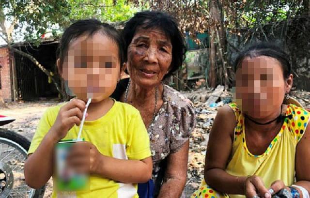 Cụ Gắt cùng 2 mẹ con 2 đứa cháu ngoại của mình bên căn nhà tình thương. Ảnh: Kiến thức