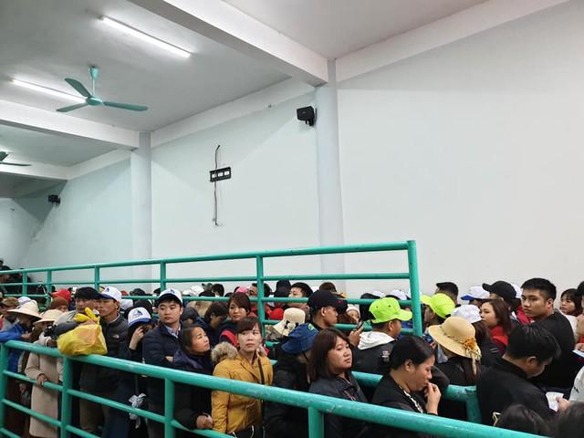 Ga cáp treo chùa Hương chiều đi mới 7 giờ sáng đã chật kín dòng người nối nhau chờ tới lượt vào cabin