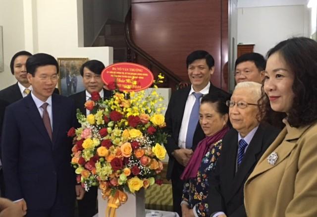 Lãnh đạo Ban Tuyên giáo Trung ương thăm, chúc mừng GS Lê Đức Hinh. Ảnh: ĐCS