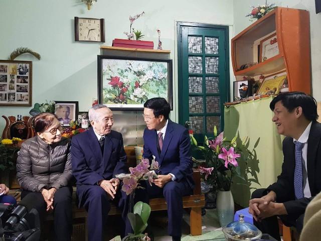 Đồng chí Võ Văn Thưởng tới nhà riêng thăm, chúc mừng GS.TS Nguyễn Bửu Triều. Nhà giáo Nhân dân Nguyễn Bửu Triều năm nay đã 97 tuổi và thầy đã vinh dự được Đảng, Nhà nước trao tặng Huân chương Lao động hạng Hai. Ảnh: ĐCS