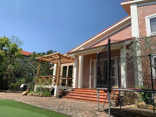 Ngôi nhà tọa lạc giữa trung tâm thổ đất, xây dựng theo lối kiến trúc đồng quê Mỹ nhưng cách điệu một số chi tiết theo kiểu Việt.