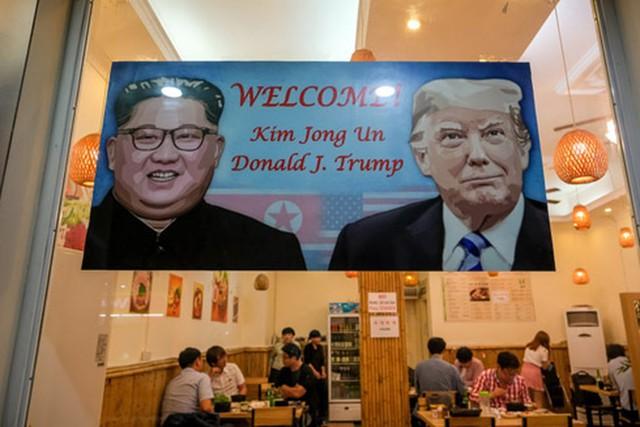Biển chào mừng Hội nghị Thượng đỉnh Mỹ - Triều Tiên tại một quán ăn ở quận Nam Từ Liêm, Hà Nội. Ảnh: ANTĐ