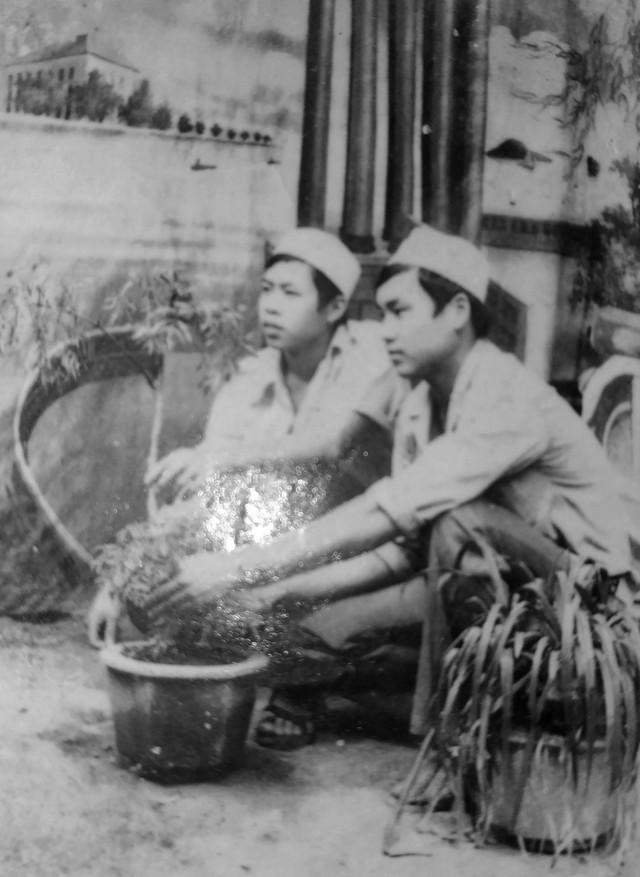 Anh hùng liệt sĩ Lê Trần Mãn (trái) y tá Đại đội 7, Tiểu đoàn 5, Trung đoàn 153, Sư đoàn 356 cùng đồng đội khi làm nhiệm vụ quân y tại Sư đoàn 153. Ảnh: Hồ Văn Thông