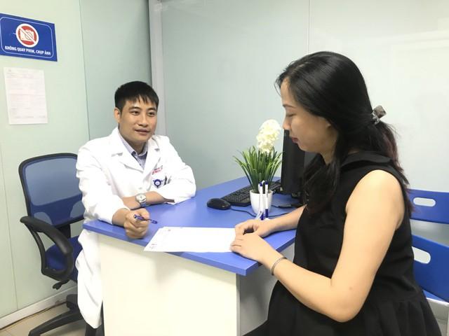 Bác sĩ Nguyễn Duy Phương khám, tư vấn.