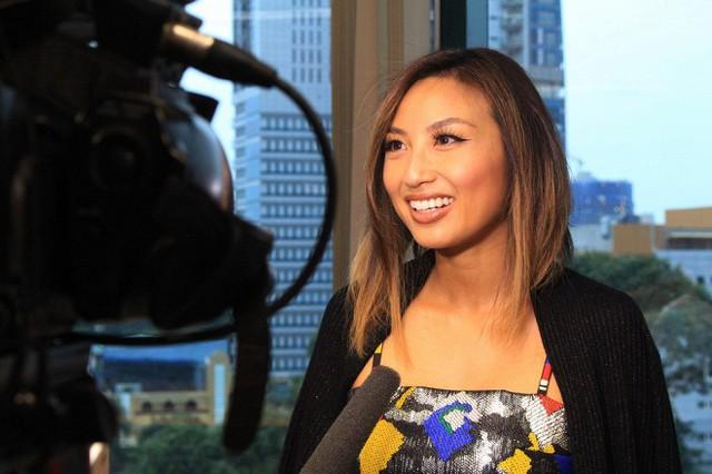 Jeannie Mai trả lời báo chí trong lần về Việt Nam năm 2016.