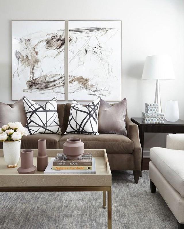 Nếu bạn sở hữu một căn phòng khách khá rộng rãi thì đừng quên lựa chọn cho nó một bộ bàn trà có kích thước tương xứng.