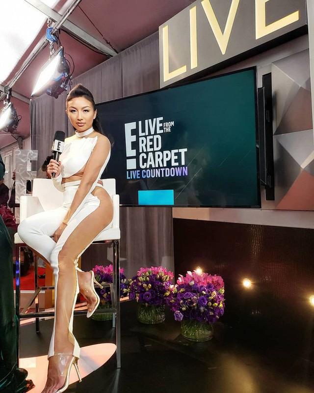 Jeannie dẫn thảm đỏ Grammy 2019 cho E! News.