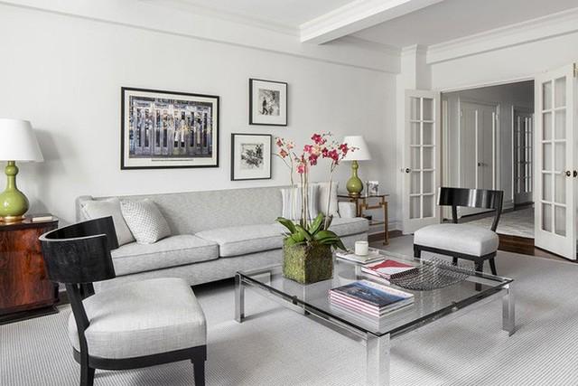 Nhiều gia đình lựa chọn những bình hay chậu hoa tươi đặt trên bàn trà để mang lại vẻ đẹp đầy sức sống cho phòng khách.