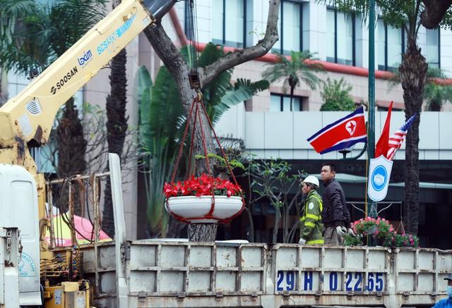 Tại nhiều tuyến phố, nhân viên Công ty công viên cây xanh Hà Nội gấp rút hoàn thiện việc trang trí trước khi Hội nghị diễn ra.