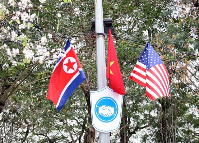 Biểu tượng bắt tay vì hòa bình, phía trên là cờ của 3 nước với mong muốn Hội nghị thượng đỉnh sẽ đạt được nhiều kết quả tốt đẹp.