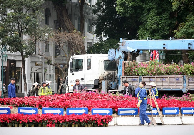 Tại trước quảng trường Nhà hát Lớn Hà Nội, hàng chục công nhân đang trang trí.