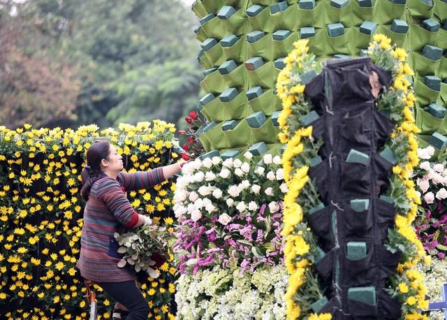 Hoa tươi được nhập từ Đà Lạt và tại Hà Nội được cắm thành những mảng tường hoa độc đáo.