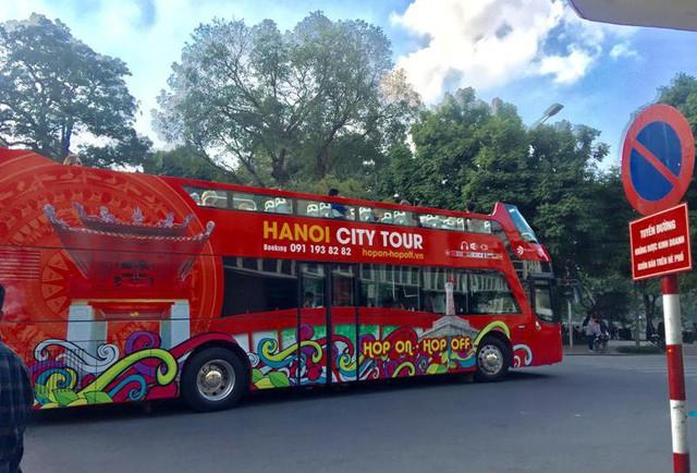 Xe buýt hai tầng miễn phí cho các phóng viên quốc tế.