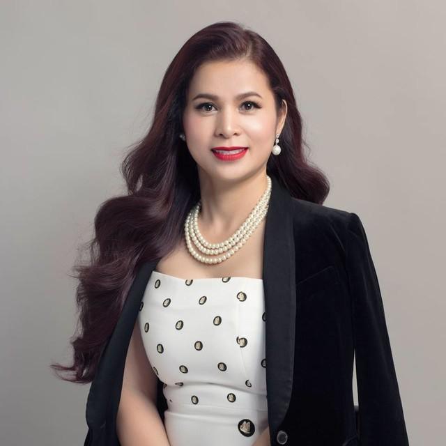 Từng là phu nhân của ông vua cà phê lớn mạnh nhất Việt Nam và là một doanh nhân có tiếng, bà Lê Hoàng Diệp Thảo luôn ưu tiên hàng đầu cho những bộ trang phục có thể làm toát lên phong thái sang trọng và lịch thiếp nhất.