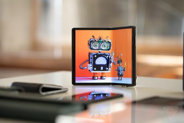 DragonHinge là smartphone màn hình gập thử nghiệm của TCL. Ảnh: The Verge.
