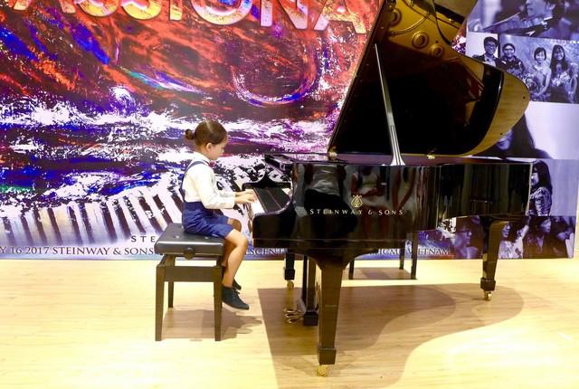 Cô cho biết các bé rất thích piano và nhiều bộ môn khác, đặc biệt là được biểu diễn trước đông người
