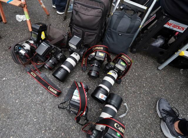 Máy móc, trang thiết bị phục vụ việc tác nghiệp được các phóng viên nước ngoài tập hợp lại trong lúc nghỉ ngơi.
