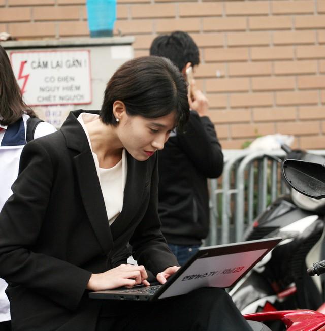 Thậm chí nữ phóng viên xinh đẹp này còn ôm máy tính xách tay tác nghiệp trên yên xe máy của người dân.