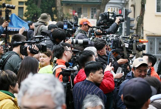 Cảnh tượng đông đúc phóng viên lúc hơn 10h sáng.