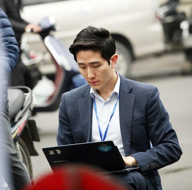Nam phóng viên của Hàn Quốc tác nghiệp ngay giữa đường.