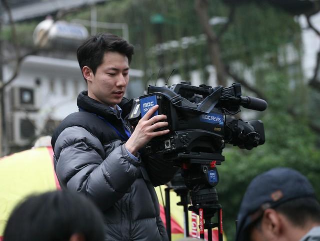Nam phóng viên đài MBC Hàn Quốc đang kiểm tra máy lần cuối trước khi Chủ tịch Kim đặt chân đến khách sạn.