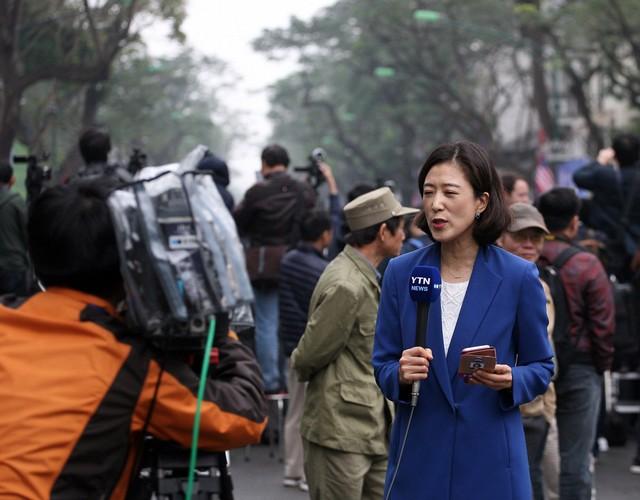 Nữ phóng viên đài YTN Hàn Quốc đứng dẫn ngay tại đường Lý Thường Kiệt.