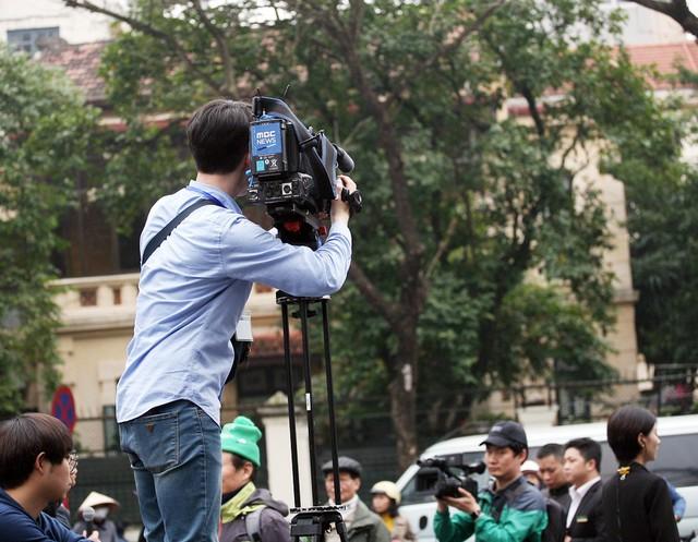 Quay phim đài MDC Hàn Quốc chuẩn bị sẵn thang cao nên việc tác nghiệp diễn ra dễ dàng.