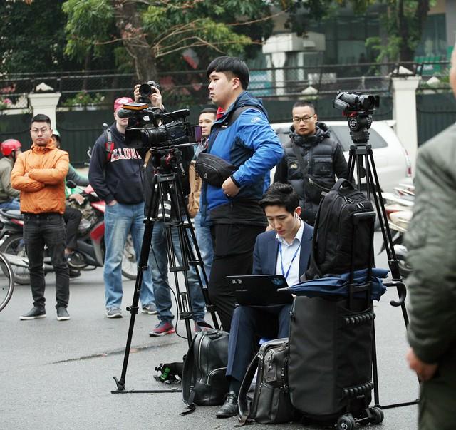 Nam phóng viên với núi máy móc chuyển thông tin về nước ngay sau khi ghi hình được.