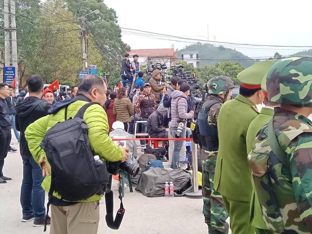 Cảnh tượng các phóng viên đứng chen chúc tác nghiệp tại ga Đồng Đăng sáng ngày 26/2.