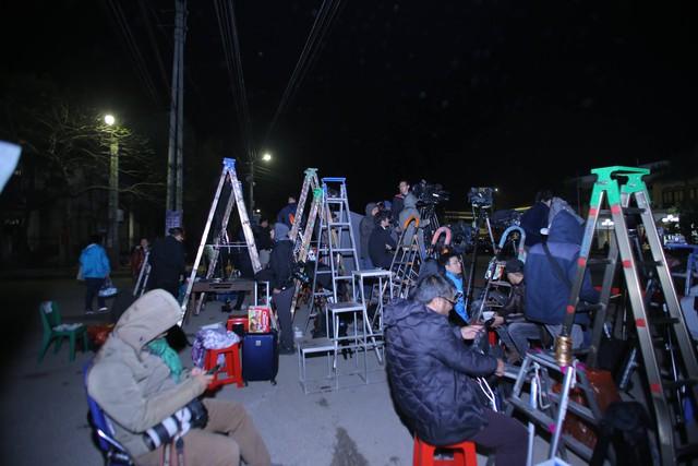 Đêm ngày 25 rạng sáng ngày 26/2 tại khu vực ga Đồng Đăng (Lạng Sơn), hàng trăm phóng viên trong nước và quốc tế đã có mặt tại đây để chờ đoàn tàu chở Chủ tịch Kim về Việt Nam.