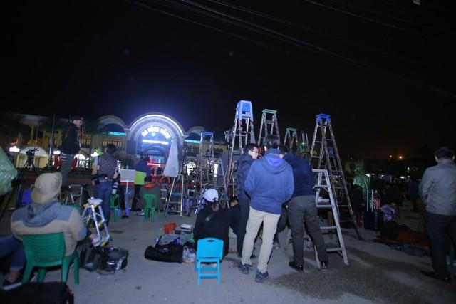 Mặc dù thời tiết lạnh buốt nhưng hàng trăm phóng viên vẫn trực chiến, không rời vị trí và sẵn sàng tác nghiệp bất cứ lúc nào.