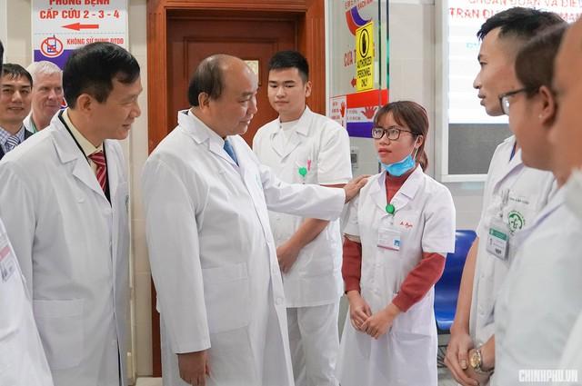 Thủ tướng thăm hỏi y, bác sĩ Bệnh viện Bạch Mai