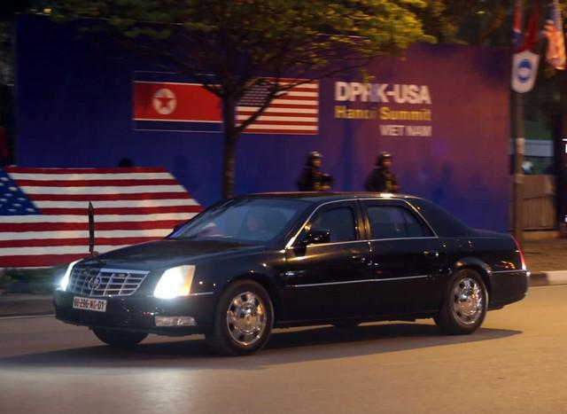 Cận cảnh 1 trong 2 chiếc xe đón Tổng thống Mỹ.