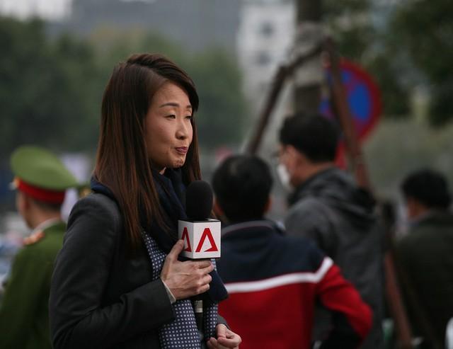 Các phóng viên nước ngoài tiếp tục đưa tin về sự kiện.