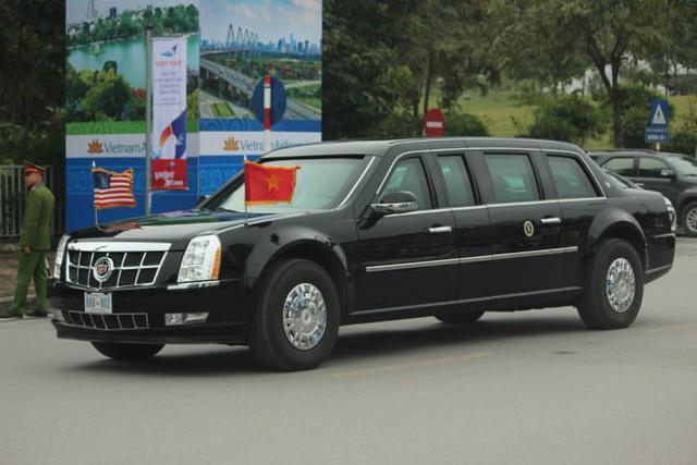 Đúng 10h45 2 chiếc xe quái thú chở Tổng thống Mỹ rời khỏi khách sạn.
