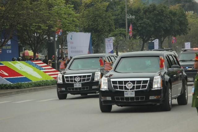 Cả 2 chiếc xe đều mang biển số giống nhau chạy trên đường Đỗ Đức Dục.