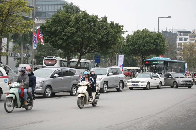 Sáng ngày 27/2, tại đường Đỗ Đức Dục, hàng chục xe ô tô vào bên trong khách sạn phải xếp hàng dài.