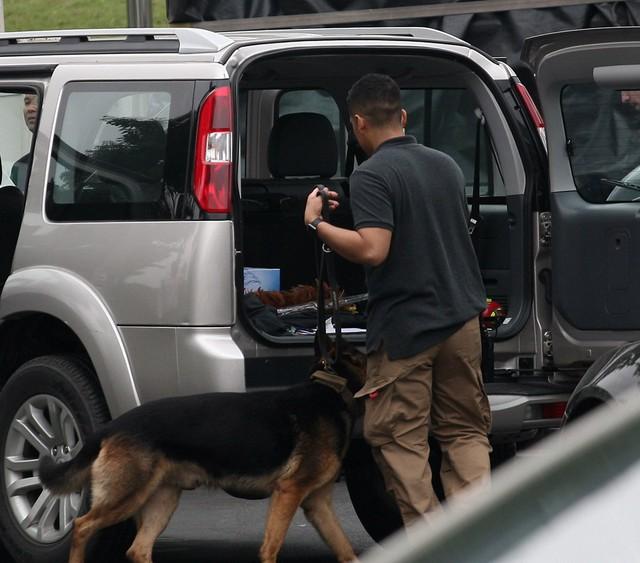 Hiện lực lượng an ninh vẫn tiến hành kiểm tra xe vào khách sạn.