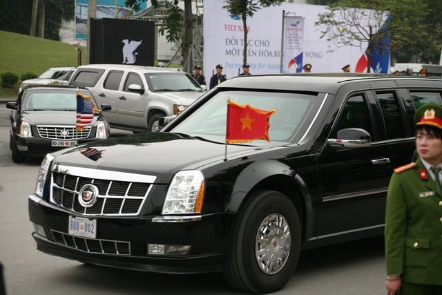 Chiếc xe treo 2 lá cờ của Việt Nam và Mỹ.