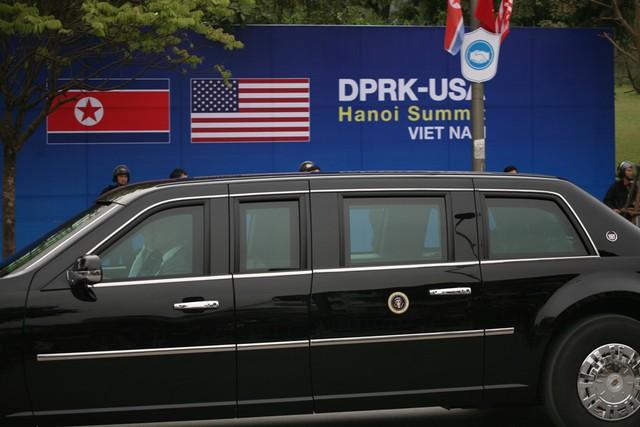 Một trong 2 chiếc xe Tổng thống ngồi phía trên.