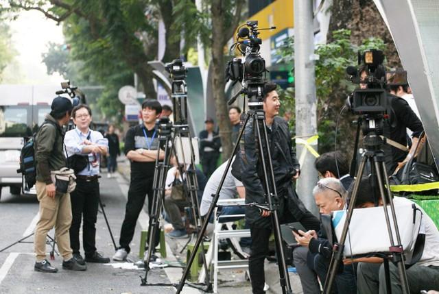 Hàng trăm phóng viên báo đài túc trực từ trưa chờ 2 nhà lãnh đạo.