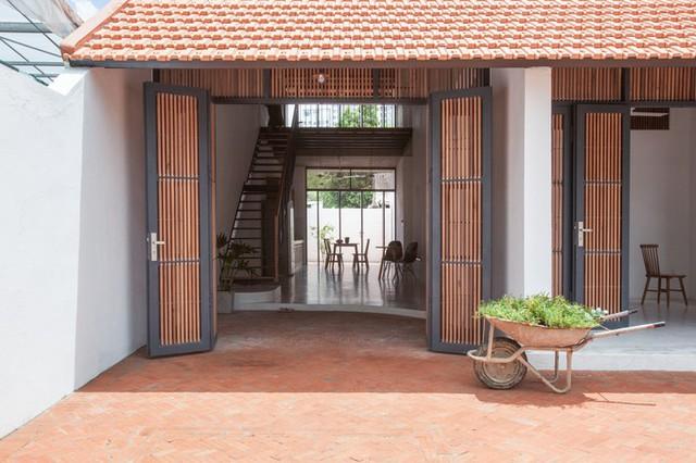 Bề mặt mái lớn giúp ngôi nhà thích nghi với các điều kiện thời tiết địa phương, như hai mùa mưa nắng rõ rệt, nhiệt đới gió mùa.