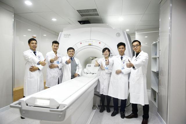 ThS Linh bên đồng nghiệp - những người cùng anh hết luôn hết lòng vì khách hàng.
